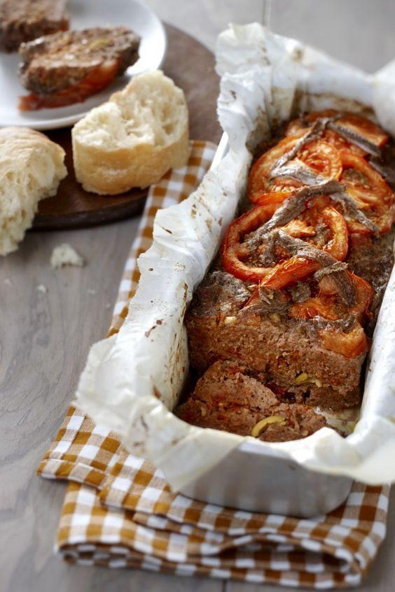 Toscaans gehaktbrood /  - 1 potje gedroogde tomaten op olie (uitgelekt gewicht ca. 180 g) - 1 kilogram rundergehakt - 3 sjalotjes  - 1 ei - 100 gram groene olijven zonder pit - 3 eetlepel paneermeel - 2 vlees- of romatomaten - 1 blikje ansjovisfilets - 1 ciabattabrood - 4 eetlepel olijfolie - 1 teentje knoflook