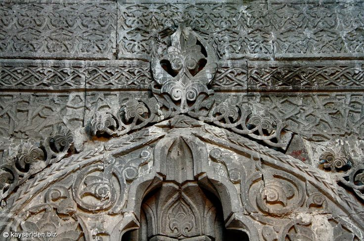 Develi Ulu Camii (Sivasi Hatun Camii), (Develi/Kayseri)Ulu Cami'nin batı cephesinin tamamı 0.80 m. yükseklikte ve 0.55 m. genişlikte olan bir payanda ile desteklenmektedir. Caminin güney cephesi mihrap önü kubbesinin altına yerleştirilen geniş payanda ve güneydoğu köşesine yerleştirilen ikinci bir payanda ile desteklenmektedir.