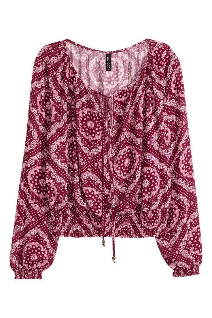 Blusa bohemia: Blusa estampada de tela con escote amplio y tira para enlazar con…