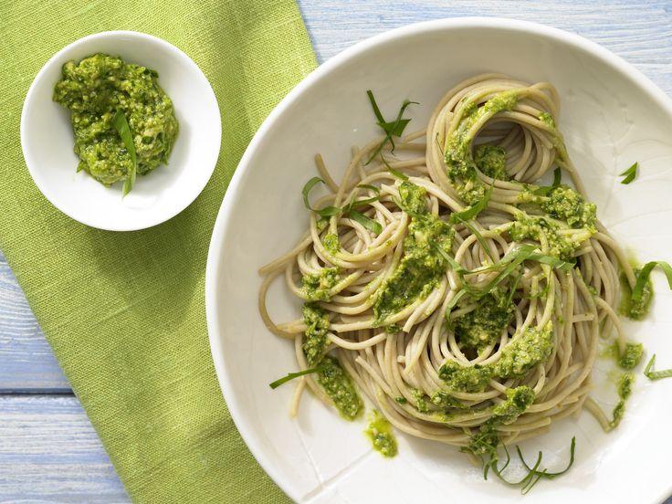 Fix serviert: vegetarische Vollkorn-Pasta mit kräftigem Kräuteraroma: Spaghetti mit Bärlauch-Mandel-Pesto - smarter - Kalorien: 467 Kcal - Zeit: 30 Min.   eatsmarter.de