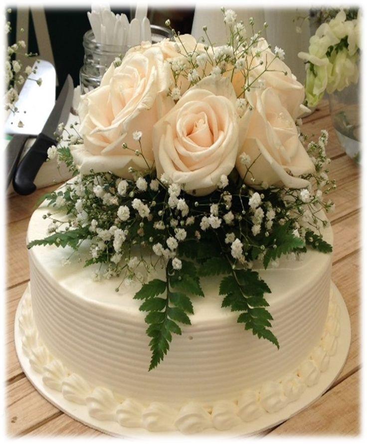 Elegante pastel decorado con flores naturales de Pastelería Neufeld.