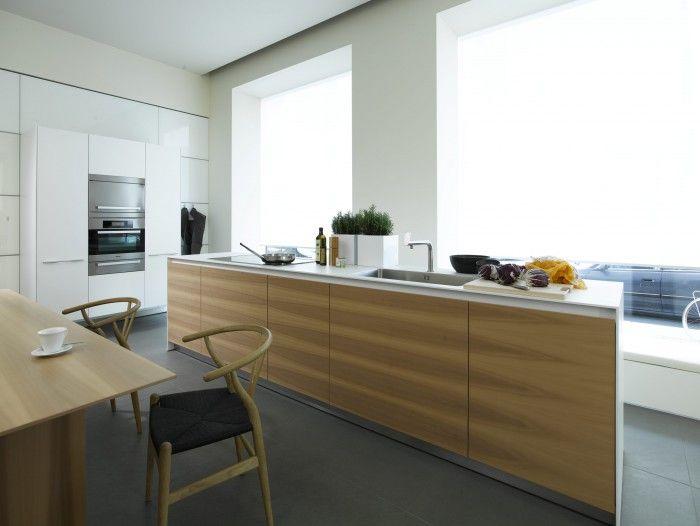Design keuken met wit en hout. Deze moderne keuken bestaat uit twee ...