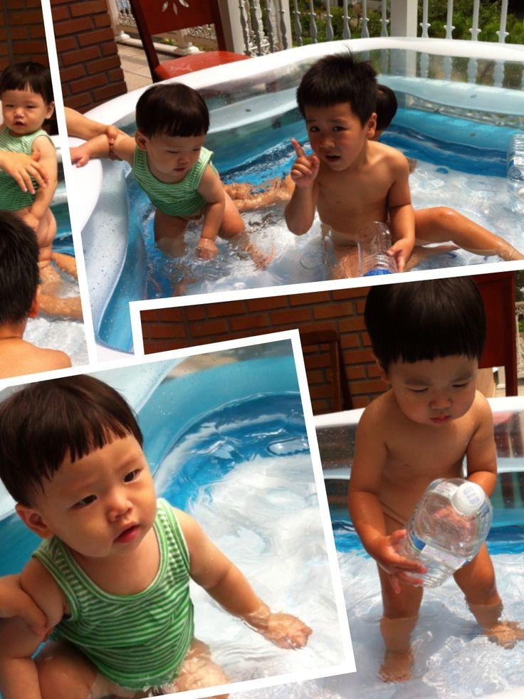 D+391 (7.20) 할아버지 집에 와서 사촌형들이랑 물놀이 하는 재완이. 덕분에 감기 악화됨ㅠ @파주
