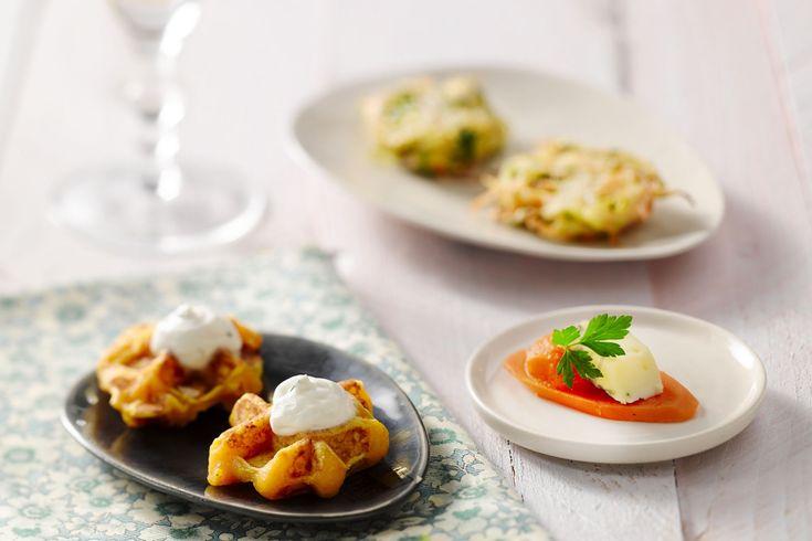 Wortel in de glansrol! Ontdek deze 3 verrassende veggie hapjes met wortel: wortelwafeltjes, wortelburgertjes en wortelschijfjes met blauwe kaas.