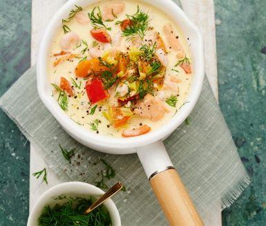 Underbart krämig fiskgryta med morötter, paprika, purjolök och lax. Låt ingredienserna sjuda i matlagningsvin, grädde och fylligt räkspad tills smakerna har gift sig. Vänd ner räkor och dill innan servering.