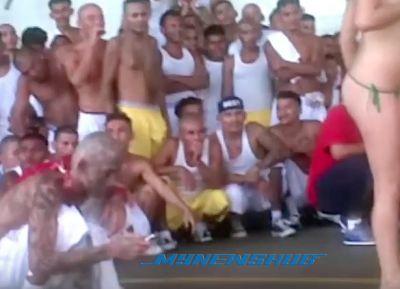 Tarian Bogel Di Penjara Kejutkan Seluruh Negara   Ia adalah penjara yang mempunyai kawalan keselamatan paling maksimum di El Salvador namun sesuatu yang mengejutkan apabila tiga penari bogel telah dibenarkan membuat persembahan di depan 200 banduan lelaki.Lebih memeranjatkan ialah pertunjukan itu mendapat kebenaran daripada ketua penjara Jose Abarca. Permohonan berkenaan yang dihantar kepada Abarca telah didedahkan kepada umum.Video rakaman aksi penari bogel itu telah tersebar di media…