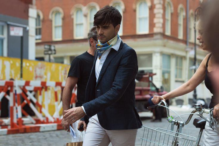 pañuelo de seda anudado al cuello tendencia en moda masulina