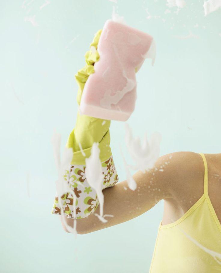 Ramen lappen een lastig karweitje? Welnee! Met deze tips en tricks zijn je ramen in no time blinkend streeploos schoon. De ramen wassen heb je zo gedaan met dit stappenplan.� Nodig voor streeploos ramen zemen afwasmiddel * spons * microvezeldoek�