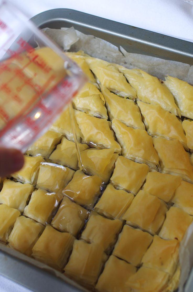 Tout le monde se bat pour s'attribuer l'origine de laBaklawa, même la Grèce la revendique (j'ai beaucoup de mal à y croire, au vu de l'histoire...).Une chose est sûre, la baklawa est une pâtisseri...
