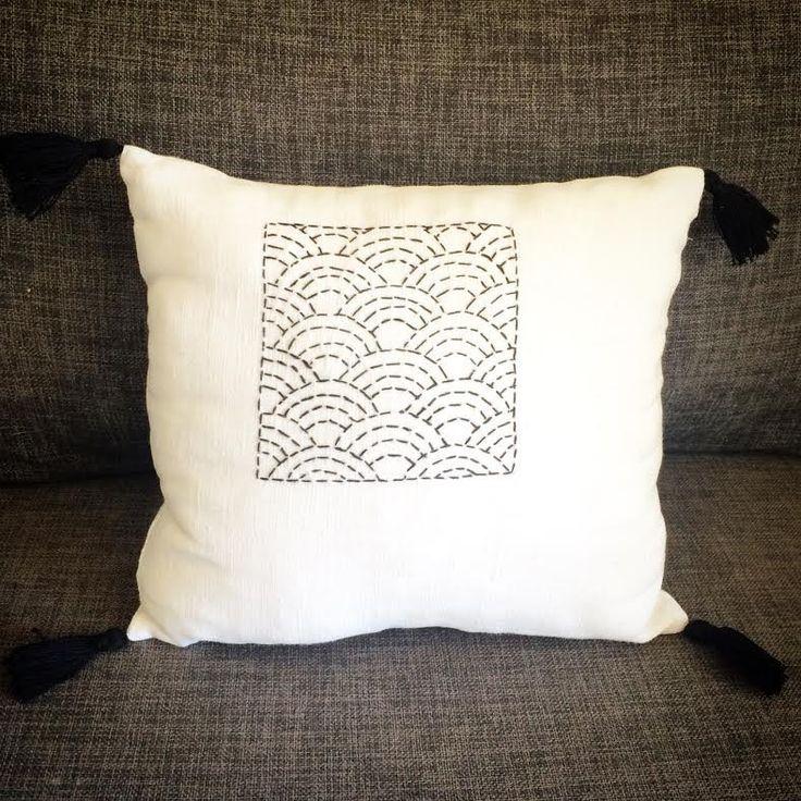 Coussin réctangulaire en lin ancien briderie japonaise sashiko : Textiles et tapis par au-coeur-des-choses