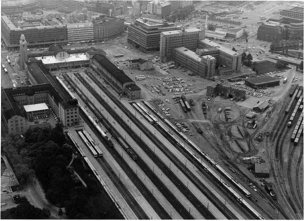 Helsingin asemanympäristö ilmakuvassa (2.6.1983). Kuva VR Lähiliikenteen arkistosta.