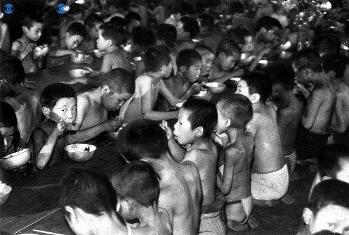 戦争は終わったものの、「ひもじい」という言葉が世の中を覆いつくしていた。配給の食料だけでは足りず、...