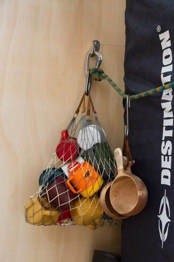 アウトドアで使うカップは何故か自然と数が増えてしまうと笑う嵐洋さん。カラビナやロープを自在に使って荷物を整理。