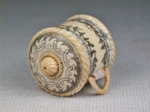 Cinta de medir con estuche labrado. Antique carved oxbone tape measure