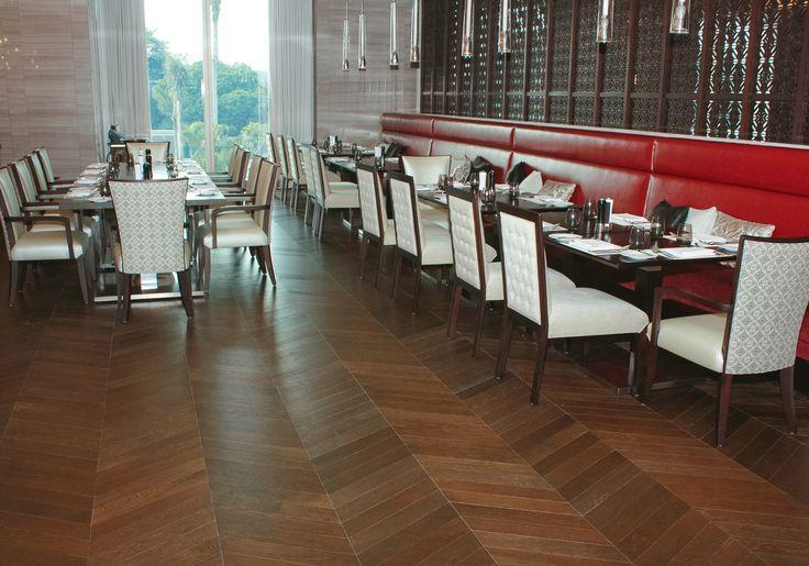 Kesan lantai tampak bergelombang dengan pola pemasang chevron dapat dirasakan di #spectrum #fairmonthotel #interior #flooring #woodflooring #parket #parquet #lantekayu #lantekayuproject