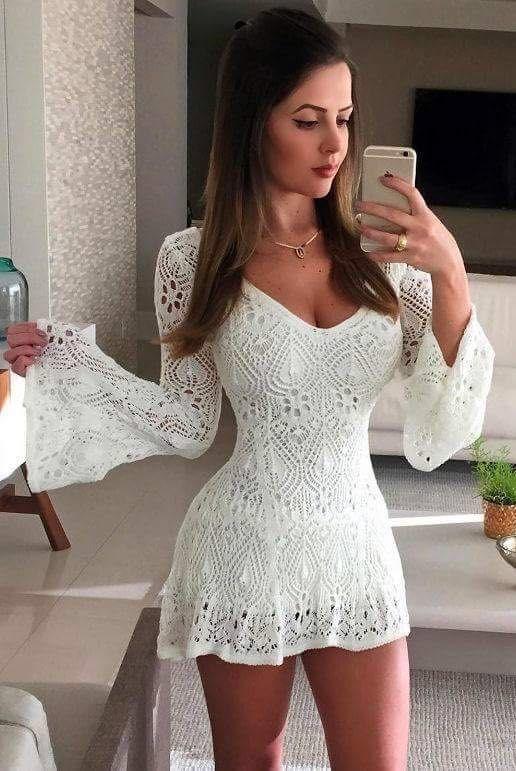 ♥ Vestido curta na cor branca; ♥ Modelo em tricot ; ♥ Decote U; ♥ Manga longa; ♥ Forro embutido na cor branca; ♥ Barra a fio.