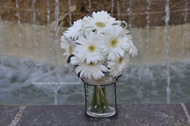 Ramo de novia sencillo para boda civil en ayuntamiento compuesto por gerberas blancas en forma de bouquet compacto.