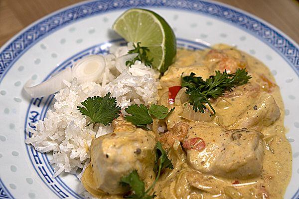 Indisch-thailändische Koproduktion: Dakshini murgh - Hühnchen mit geröstetem Koriander in einer Kokosnuss-Curry-Sauce