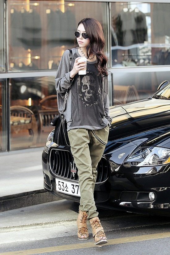 I love the combination of clothing, that is very chic!.....