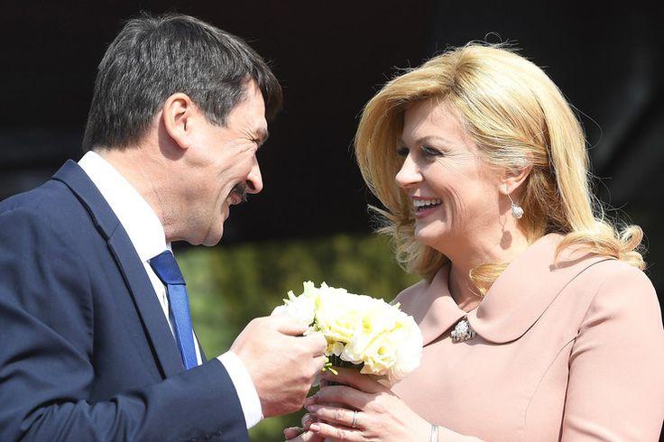 Kolinda Grabar-Kitarovic horvát államfő csokrot is kapott a mosoly mellé / Fotó: MTI