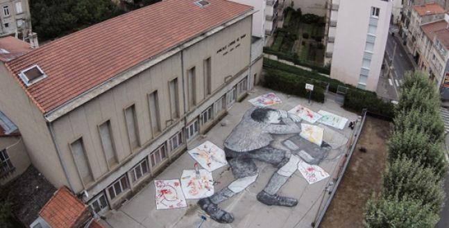 L'ultima opera di #streetart del duo francese Ella & Pitr a Saint-Etienne è un #murale gigante adagiato in un intero cortile