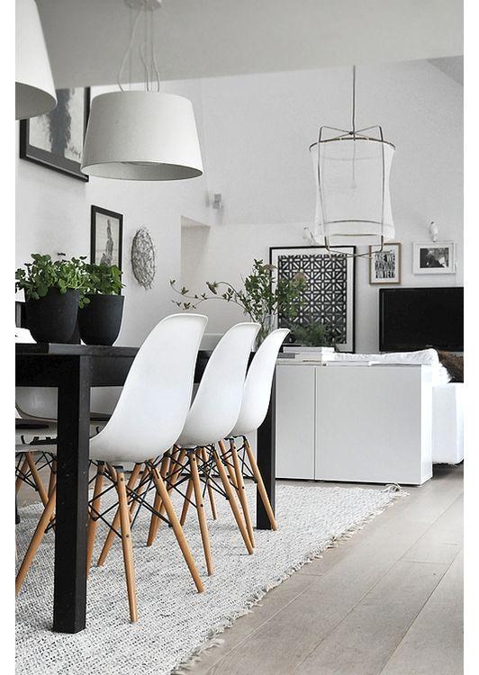 mesa negra, sillas blancas