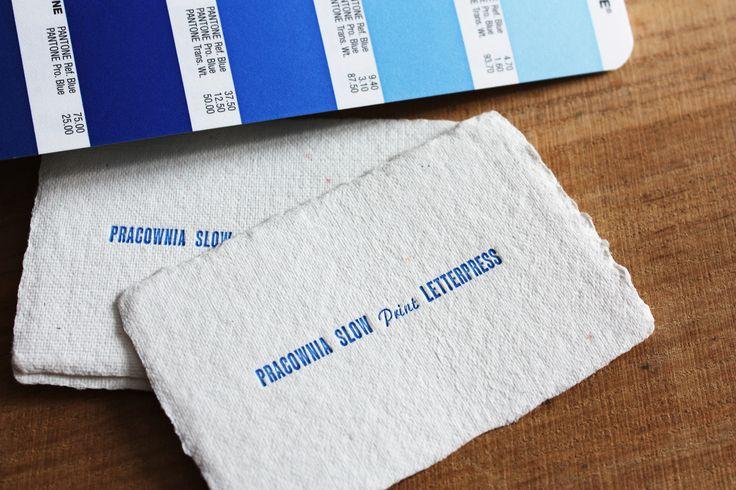 pierwszy wydruk na bostonce ręcznej. niebieski kolor z palety Pantone | papier ręcznie czerpany, bawełniany | zestaw czcionek – Rex półgruby 12p. oraz Narew 10p. ☛ drukujemy !  #letterpress #slowprint #businesscard #cottonpaper