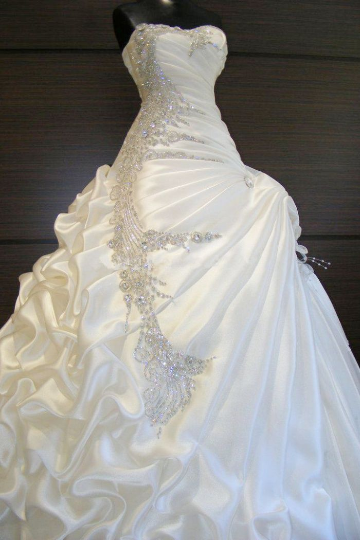 A-Line White Ruffles Beading Bridal Gown New Arrival Sweetheart Plu Size Wedding Dress