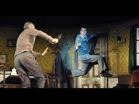 """Claudius Körber über """"Die Verwandlung"""" (Regie Gísli Örn Garðarsson)  Als Gregor Samsa eines Morgens in seinem Bett aufwacht findet er sich in ein ungeheures Ungeziefer verwandelt. Vater Mutter und Schwester mit der Tatsache seiner Verwandlung konfrontiert versuchen mit dieser Herausforderung zurechtzukommen. Die anfänglichen Bemühungen um sein Wohl und um Normalität lassen jedoch bald unter dem Druck der Überforderung nach. Zuvor war er als Handlungsreisender der agile Ernährer der…"""