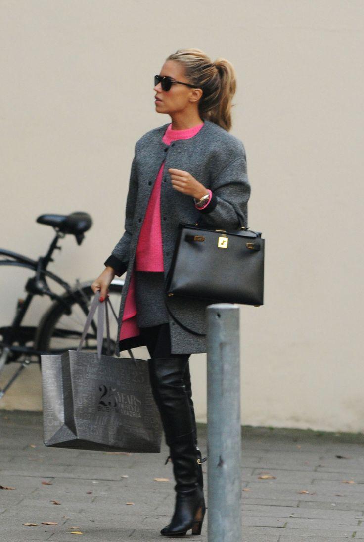 Sylvie Meis. Mooie stijlvolle outfit. Ze timmert weer aardig aan de weg met haar Hunkemoller kerstlingerie.