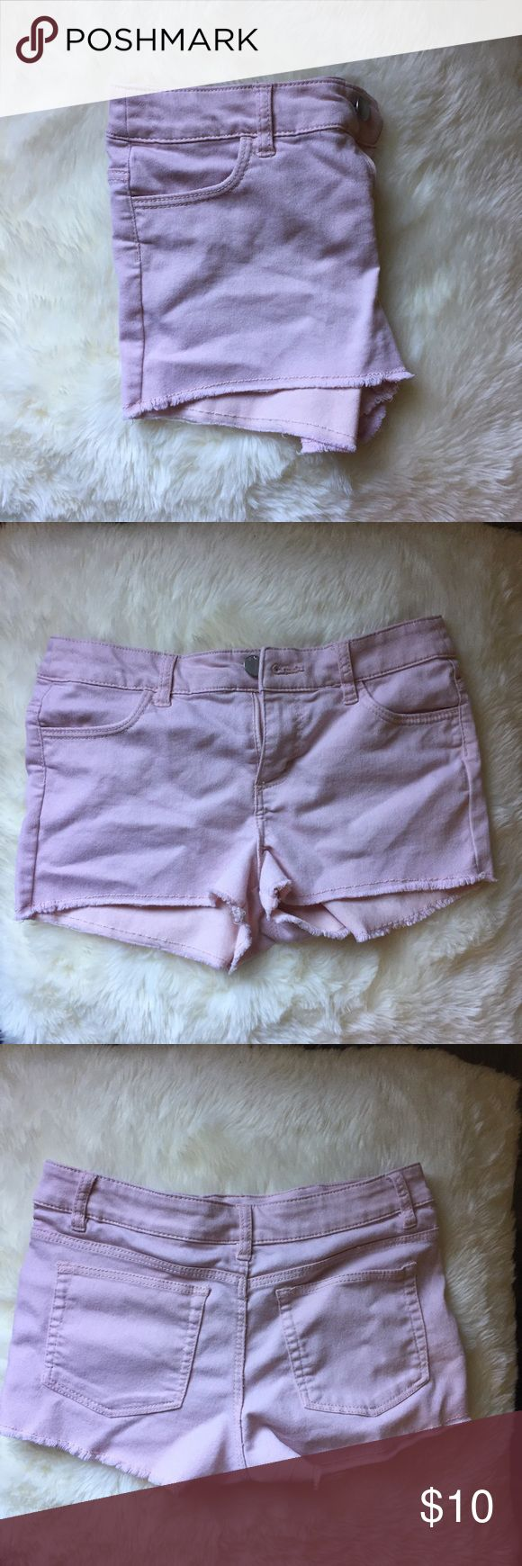 H&M - Pink Shorts - SIZE 4/6 - Summer Shorts H&M - Summer Pink Shorts, Light fabric, super comfortable, I'm a size 6 but there tight on me (I have a butt), I would say there more of a size 4. Super cute and love the color, just wish they fit. Blush Pink, peach shorts, spring styles, short shorts H&M Shorts