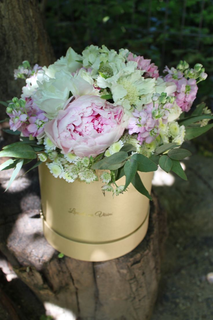 #reasontosmile #tall #flowerbox #luxury #custom #floral #arrangements #madewithjoy #paulamoldovan #livadacuvisini #golden #touch #sayitwithflowers #gift #giftbox #corporate #delivery #flowersbox #flowersinabox #flowers #box #tallbox #floralarrangements #cutieinalta #cutiecuflori #cutiicuflori #floriincutie #flori #bucuresti