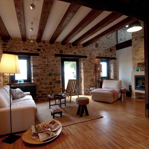 Vivienda en Vega de Selorio : Salones de estilo rural de RUBIO · BILBAO ARQUITECTOS