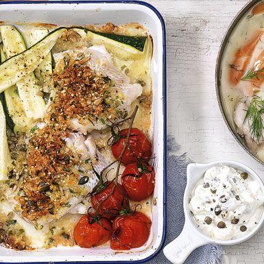Fisk i ugn är smart mat. Här är en mumsig torsk med ett fröigt täcke som tillagas i ugnen samtidigt med tunt hyvlad zucchini och körsbärstomater. Bjud fisken med en pikant och krämig tartarsås på matyoghurt, majonnäs, kapris och bostongurka.