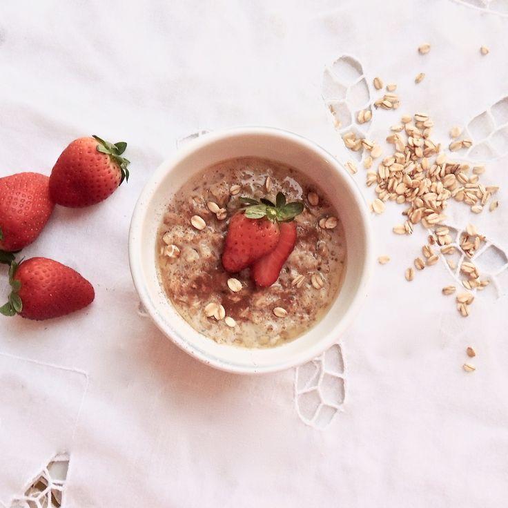 Mingau de Aveia com Cardamomo. Um belo café da manhã nutritivo, com proteína do leite desnatado, carboidrato e fibras da aveia e muitas vitaminas e antioxidantes do morango... Amei!