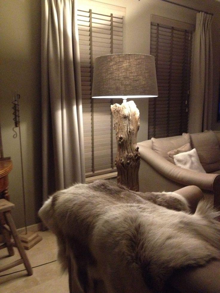 Lamp gemaakt van oude houten paal