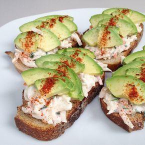 Petites tartines pour changer des salades ! {surimi râpé mélangé avec fromage blanc + jus de citron + ciboulette + paprika // avocat // fleur de sel + mélange d'épices sur du pain complet} #unesourisdansmacuisine