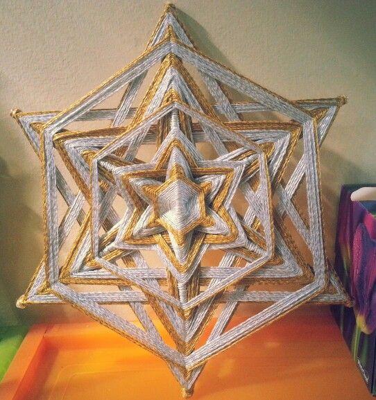 Una estrella de David en oro y plata ya decorando un hogar tapatío.  Treinta centímetros de diámetro, acabado encaje.