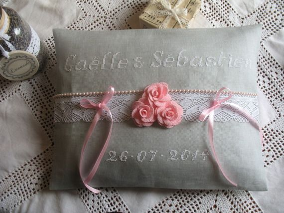 Coussin d'alliances brodé main en blanc sur lin gris fleurs roses tissu et dentelle/mariage