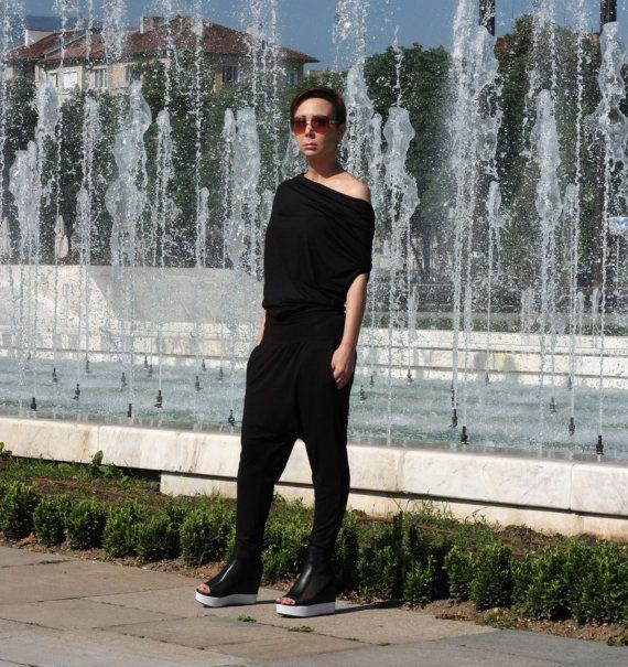 Comfortabele Sexy Zwarte lage kruis jumpsuit voor Night Club  Vrouwen Harem broek is perfect voor de zomer.  Geweldige keuze voor uw perfecte dag.  Alle kleding is handgemaakt.   Geef uw telefoonnummer voor levering  NU ALLE BESTELLINGEN WORDEN VERZONDEN VIA TNT EXPRESS ***   Dit model draagt maat S  Maattabel (metingen van het lichaam niet van het kledingstuk)  XS (VS 2 UK 6) Buste van 84 cm | 33 Taille 66 cm | 26 Heupen 90 cm | 35.4 Hoogte 168 cm | 66,1  S (AMERIKAANSE 6 UK 10) Buste van…
