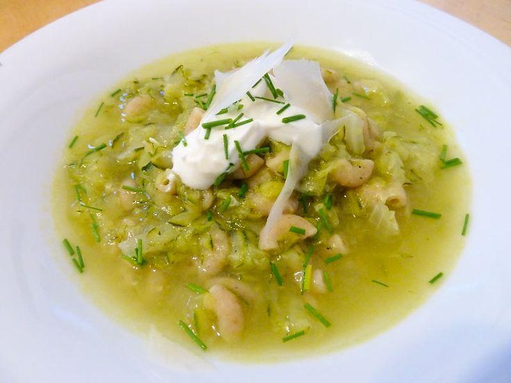 Zucchinisuppe mit Nudeln und Joghurt - Low Carb