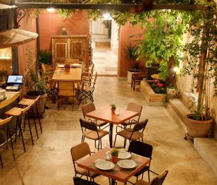 Small Discoveries #83 Για καφέ στον κήπο του παλιού παλατιού... (http://gynaikaeveryday.gr/?page=calendar&day=2016-03-31)