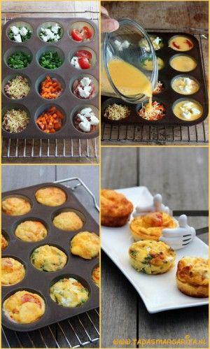 Mini-fritta's........ als hapje bij de borrel! Klop 7 eieren en 2 eetlepels melk met wat zout en peper. Vet een muffinvorm voor 12 stuks in. Voeg je favoriete vulling toe, bijvoorbeeld doperwten met verse munt, geitenkaas, gebakken champignons, bacon, geraspte kaas, kerstomaatjes of paprika en verdeel hierna het eimengsel over de holten. Bak in 15-20 minuten in de oven op 180°C krokant en goudbruin. Laat ze iets afkoelen voor je ze uit de vorm haalt.