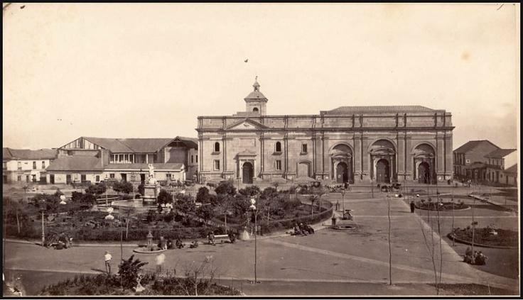 La Catedral Metropolitana de Santiago sin sus torres. La fotografia es anterior a 1885 pues aun no se habian iniciado los trabajos de construcción del Palacio Arzobispal