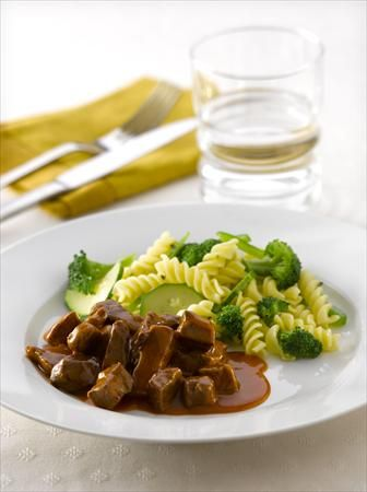 goulash de carne al romero con pastas al verdeo