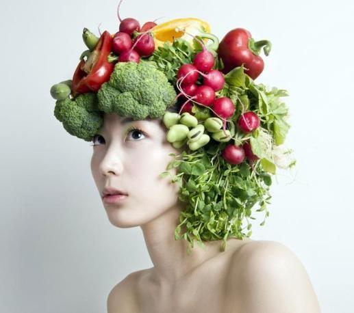 Ortaggi, frutti e fiori diventano #arte da indossare. L'artista giapponese Takaya Hanayuish ha creato delle acconciature che sono vere opere d'arte ^.^