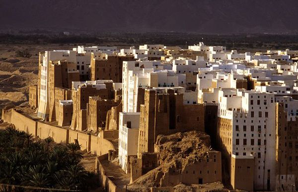 """shibam-Βρίσκεται στην Υεμένη και αποτελεί την """"αρχαιότερη πόλη με ουρανοξύστες στον κόσμο"""".Οφείλει την παγκόσμια φήμη του στην πρωτότυπη αρχιτεκτονική των σπιτιών του τα οποία είναι κατασκευασμένα εξ ολοκλήρου από λάσπη,ενώ η πόλη είναι ένα από τα παλαιότερα και καλύτερα παραδείγματα αστικού σχεδιασμού με βάση την αρχή της κατακόρυφης δόμησης."""