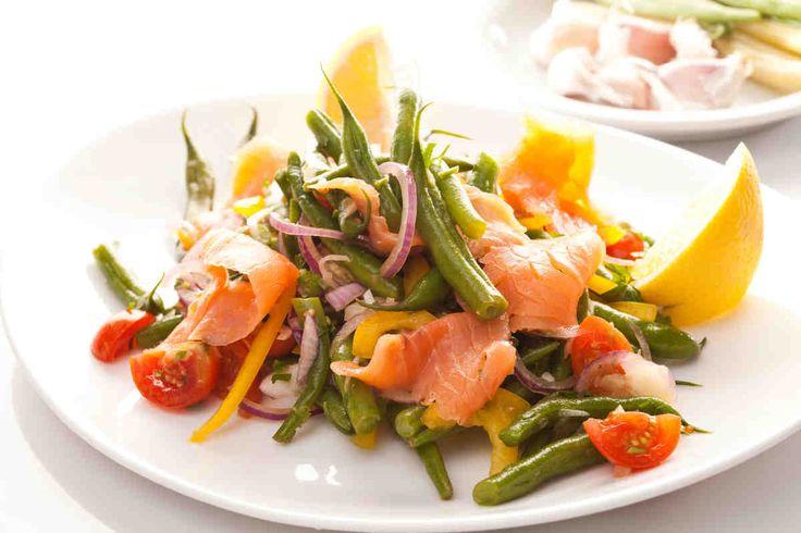 Sałatka z zieloną fasolką i wędzonym łososiem #smacznastrona #przepisytesco #łosoś #daniazrybą #sałatka #fasolka #warzywa #przekąski #mniam