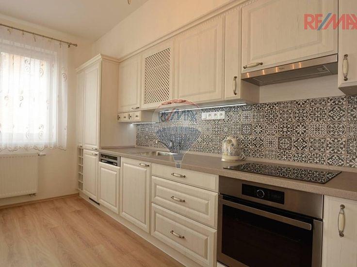 Byt 3+kk 69 m² k prodeji Sicherova, Praha 9 - Kyje; 3900000 Kč (Včetně právní servisu a provize RK.), balkón, garáž, výtah, cihlová stavba, osobní vlastnictví, ve velmi dobrém stavu.