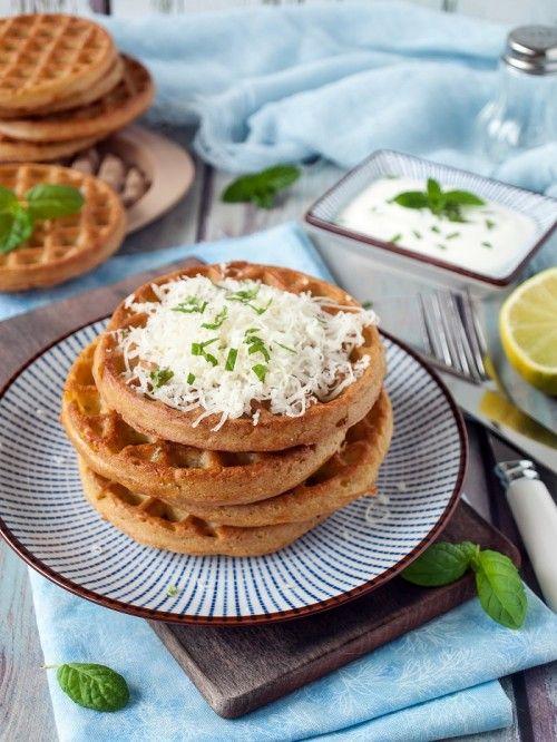 Sajtos-cukkinis gofri joghurtos öntettel recept